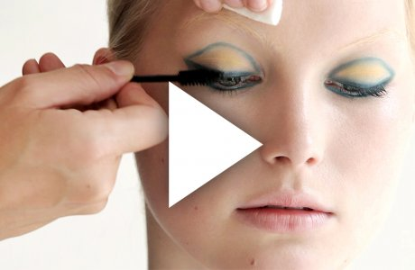 Like the sun in the sky: Blue and yellow eye-make-up
