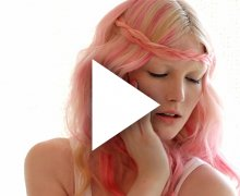 Geflochtenes Zopf-Stirnband mit pinkfarbenen Extensions und Haarkreide